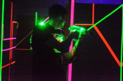Lasertag Spieler in der größten Arena der Region