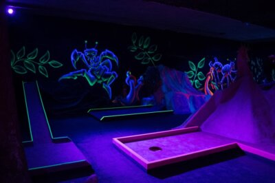 Blacklight Minigolf mit Fußbällen